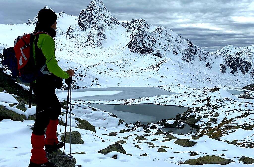 La vista di due laghi alpini ghiacciati e il maestoso ghiacciaio del Rutor
