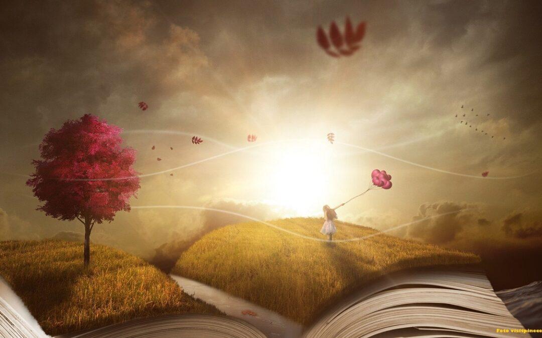 Un libro aperto narra le leggende natalizie della valle d'aosta rendendo felice un bambino in piedi su di un soffice manto erboso.